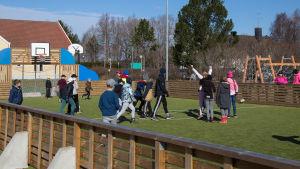 bild på barn som spelar fotboll