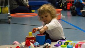 bild på ett barn som leker