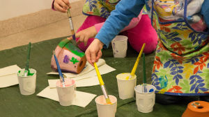 bild på två barn som målar
