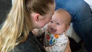 bild på en mamma med ett barn