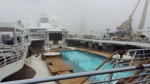 En simbassäng med varmt vatten ryker i morgondimman ombord på ett kryssningsfartyg.