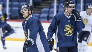 Teuvo Teräväinen och Miro Heiskanen på Lejonens träningar.