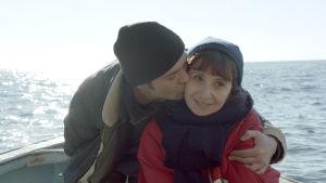 Den unge fiskaren BEnjamin kysser den äldre skådespelerskan Angèle.