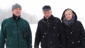 Pekka Lylykorpi, Pehr-Erik Nyman och Alexandra Nyman ute i Metsäkansa under en snöig dag för att leta reda på platsen av arkebuseringen 1918