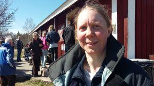 Anna Fihlman, ordförande för Hembygdens Vänner i Hitis, deltog i öppnandet av Backom café & pub