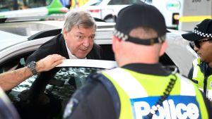Vatikanens ekonomichef, kardinal George Pell då han anlände till domstolen i Melbourne den 1 maj.