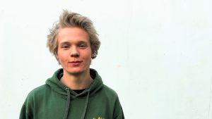 Skateboardaren Troy Björkman mot vit vägg.