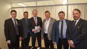En delegation bestående av Mikko Ollikainen, Ove Bergman, Kjell Heir, Rainer Bystedt och Mats Nylund uppvaktade minister Jari Leppä om vargen.