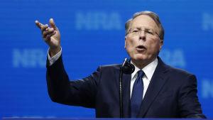NRA-ledaren Wayne LaPierre hävdar att NRA nu har nära sex miljoner medlemmar vilket många betvivlar