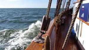purjelaivan laita ja meri