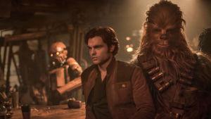 Alden Ehrenreich som Han Solo och Joonas Suotamo som Chewbacca.