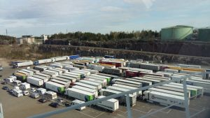 Mer än hundra långtradare och husbilar väntar i Nådendals hamn på att få åka ombord på Finnlines ropax-fartyg mot Kapellskär.