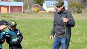 Fredrik Grannas visar vad man kan hitta i marken.