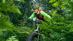 Mikko Peltola ajaa maastopyörällä.