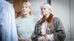 Karaktärerna Jenny och Cecilia med förvånade miner i serien Enkelstöten.