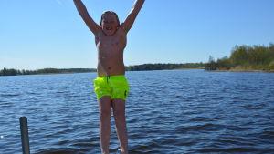 En pojke hoppar i vattnet, Karperö