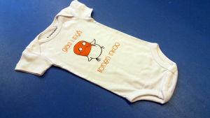 En babybody med en bild av en skrattmås och texten Glad i Ingå på.