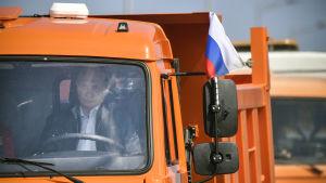 Vladimir Putin rattade själv en lastbil när Krimbron invigdes.
