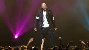 R. Kelly skärs ur Spotifys spellistor efter musiktjänstens nya regler kring kränkande innehåll och beteende.
