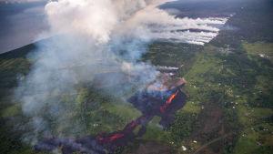 Jordskalv har orsakat minst 23 sprickor i jordskorpan som spyr ut lava och svaveldioxid