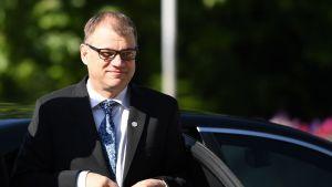 Statsminister Juha Sipilä anländer till mötet i Sofia.