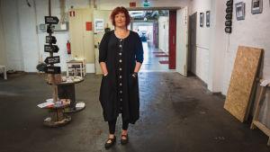Konstnären Pia Hiltunen står i en korridor i Taideruukki i Kuusankoski.