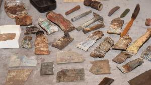Vardagsföremål som har hittats i transitolägret på Tulludden.