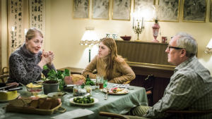 Familj vid middagsbord i tv-serien Enkelstöten.