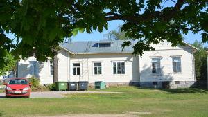 Ett trähus på Karjaan yhteiskoulus skolgård.