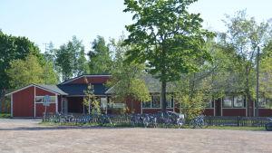Ett rött hus som är Kila daghem i Karis.