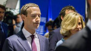 Mark Zuckerberg lämnar Europaparlamentet efter att ha grillats med svåra frågor.