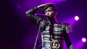 Laulaja Lauryn Hill esiintymässä.