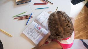 Flicka som gör läxor