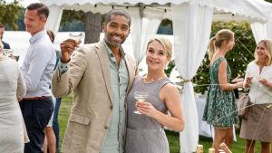 De nya sommargästerna Carsten (Alexander Karim) och Celia (Kaisa Hammarlund) bjuder på fest.