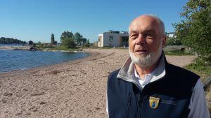 Yrjö Sahlstedt leder guidade vandringar under rubriken Arkitekturen i Hangö