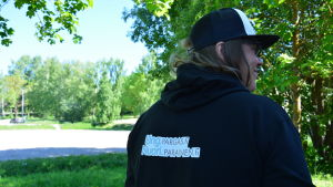 """en svart munkjacka med texten """"ung.pargas.fi"""""""