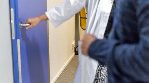 Lääkärin ja potilaan kädet