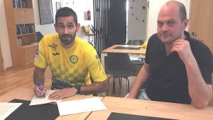 Nikola Zujic och Petter Forsström undertecknar spelarkontraktet.