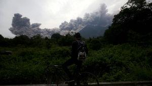 Askan från vulkanen innebär en säkerhetsrisk för flygtrafik och den internationella flygplatsen u huvudstaden har stängts