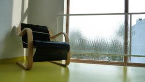 Närbild på Alvar Aalto- stol på sanatoriet i Pemar.