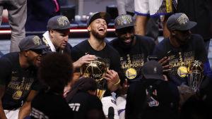 Stephen Curry spelar basket.