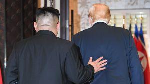 Kim Jong-un och Donald Trump lämnar underteckningsceremonin.