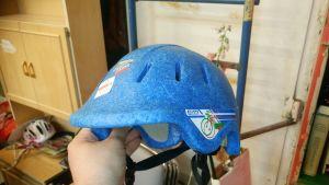 En blå cykelhjälm i frigolitmaterial
