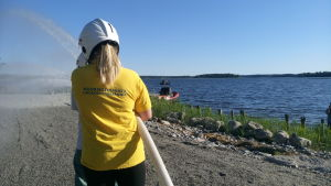 ung medlem i sjöräddningssällskapet över brandbekämpning
