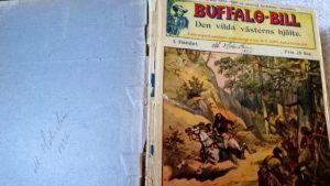 En nött bok om Buffalo Bill med namnet på en tidig ägare på bakpärmen.