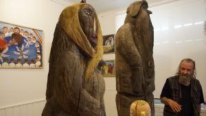 träskulpturer som är formade att föreställa människor