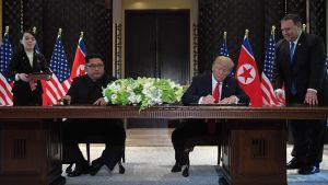 Kim Jong-Un och Donald Trump i högtidlig signering av dokument i Singapore.