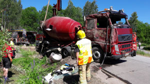 En betongbil lyfts upp ur ett dike.