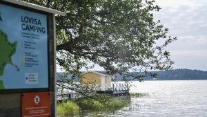 Lovisa camping strandvy med brygga och badhus