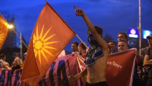 Protest mot den grekisk-makedonska namnuppgörelsen i Skopje.